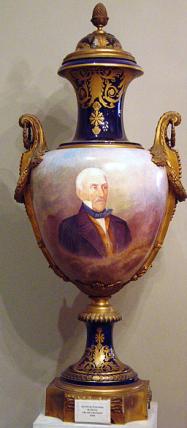 Nº41 y Nº42: Jarrones de Sévres. Porcelanas en azul cobalto y monturas de bronce.